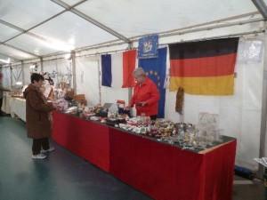 Der Ansturm der Besucher kann kommen! Monique und Eliane vor dem frisch aufgebauten Stand des Freundeskrteises mit typisch deutschen Weihnachtsartikeln
