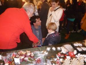 Der Bürgermeister von Vitrolles, Loïc Gachon (SP), besucht mit Frau und Kindern den Stand des Freundeskreises