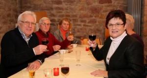 """Die Mitglieder des Freundeskreises Städtepartnerschaft stießen im Gewölbekeller des """"Goldenen Apfels"""" auf den runden Geburtstag an. Foto von Uwe Grünheid"""