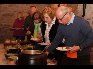Mit einem Büfett feierte der Freundeskreis Städtepartnerschaft seinen 30. Geburtstag. Bei Handkäse, Grüner Soße und Wein blickten die Mitglieder zurück. Foto: Sebastian Schwappacher