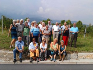 Die Reisegruppe des Freundeskreises Städtepartnerschaft in den Weinbergen von Barge, eine Nachbargemeinde von Torre Pellice in der Provinz Cuneo. Die Weinprobe war ein kulinarisches und musikalisches Erlebnis zugleich. Die Reisegruppe des Freundeskrei