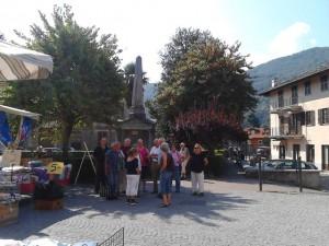 Das Denkmal auf dem kleinen Platz vor der katholischen Kirche erinnert daran, dass im Jahr 1844 der König persönlich anwesend war, um das riesige Kirchengebäude einzuweihen, das auf Betreiben des Bischofs von Pinerolo als Gegengewicht zur waldensischen