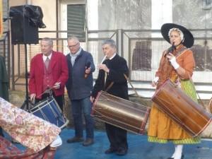 """Schon früh haben die Provençalen ihre Volksmusik """"rationalisiert"""": Die Musiker spielen mit der linken Hand eine """"Galoubet"""" genannte Einhand-Flöte und schlagen gleichzeitig mit der rechten Hand die Trommel"""