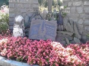"""""""Torre Pellice – Wiege des Widerstands. Gewidmet den für die Freiheit Gefallenen"""". Immer mit frischen Blumen geschmückt, erinnert das kleine Denkmal in der via Beckwith, in unmittelbarer Nähe der zentralen waldensischen Einrichtungen daran, dass """"Giustiz"""