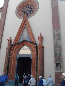 """""""Ich bin die Tür; so jemand durch mich eingeht, der wird selig werden"""" Das Jesus-Zitat aus dem Johannesevangelium schmückt die Pforte des Doms von Saluzzo, der frisch restauriert auf das von Papst Franziskus ausgerufene Jahr der Barmherzigkeit verweist"""